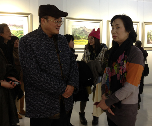 张小琴与台湾学者连建峰在交谈